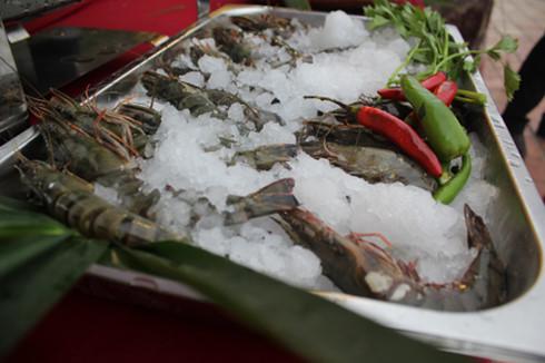 Việc thưởng thức hải sản rõ nguồn gốc góp phần tăng khả năng tiêu thụ sản phẩm cho bà con ngư dân. (Ảnh: VOV)