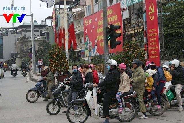 Xe chở quất Tết đi lại tấp nập tại ngã tư đường Yên Phụ