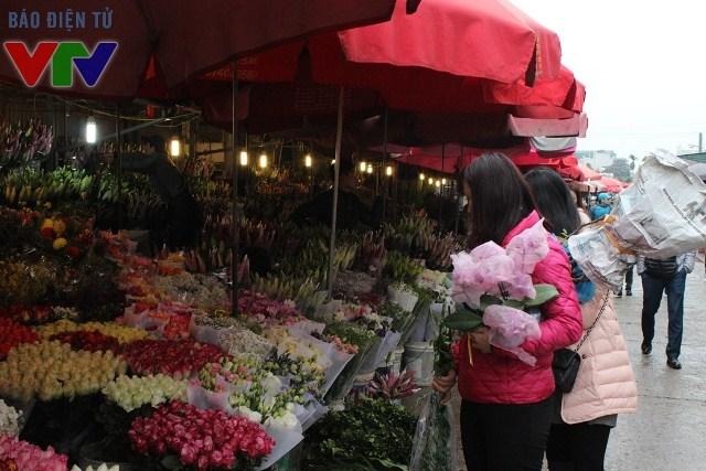 Vào dịp giáp Tết, chợ hoa Quảng Bá càng trở nên hối hả hơn