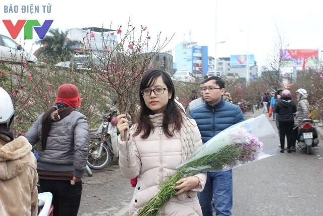 Chợ đào là điểm thu hút đông đảo người dân Hà Nội đến chợ Quảng Bá dịp giáp Tết