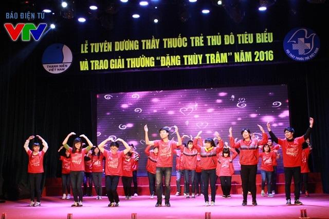Màn trình diễn văn nghệ mở đầu cho Lễ tuyên dương Thầy thuốc trẻ Thủ đô tiêu biểu và trao giải thưởng Đặng Thùy Trâm năm 2016