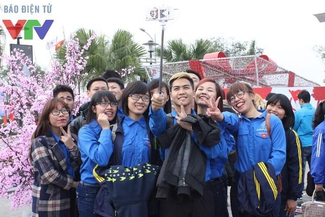 Rất đông các bạn trẻ đến vui chơi và chụp ảnh cùng khung cảnh hoa anh đào nở rộ tuyệt đẹp