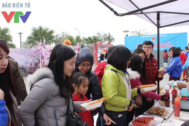 Nhiều người nếm thử và yêu thích các món ăn truyền thống Hàn Quốc