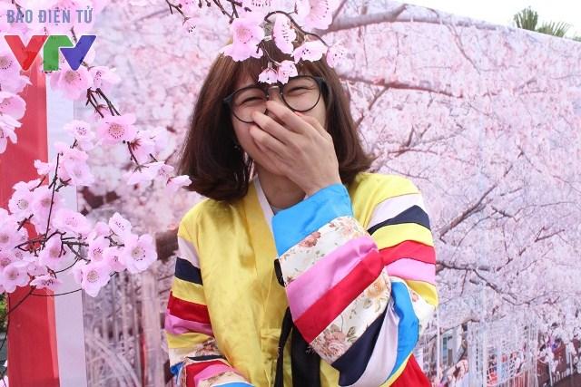 Các bạn nữ có cơ hội thử Hanbok và chụp ảnh dưới tán hoa anh đào