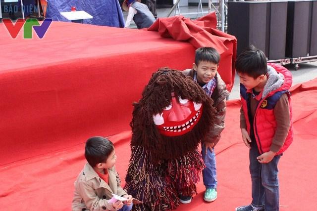 Chú lân may mắn của Hàn Quốc vui đùa cùng các em nhỏ