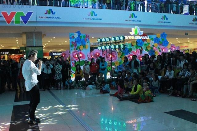 Dương Trần Nghĩa còn giao lưu cùng các khán giả nhí khi hát ca khúc Bố ơi, mình đi đâu thế?