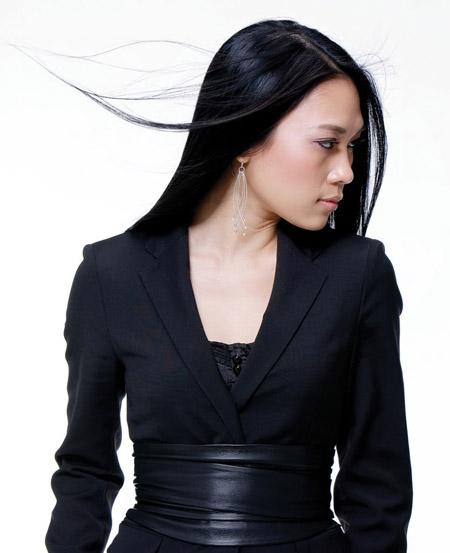 Sau khi sang Hàn Quốc để thực hiện Abum Vút bay, cô lại bất ngờ nhuộm đen mái tóc và xuất hiện với hình ảnh thanh lịch, tinh tế.