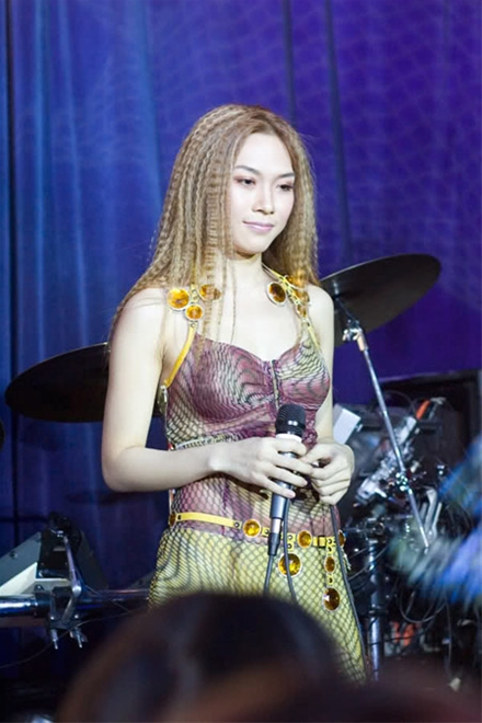 Phong cách của Mỹ Tâm năm 2005 gắn liền với mái tóc bấm sành điệu và cá tính, những bộ cánh lạ mắt.