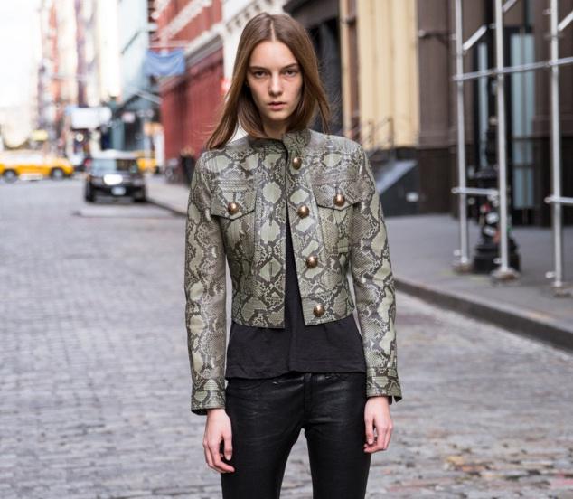 Siêu mẫu Irina Liss xuất hiện trên phố với trang phục không quá cầu kỳ nhưng vẫn nổi bật.