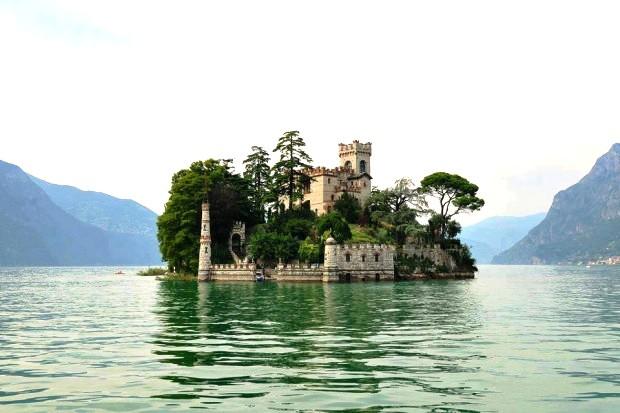 Lâu đài cổ Isola di Loreto nằm giữa hồ ở phía Bắc Montisola, Italy