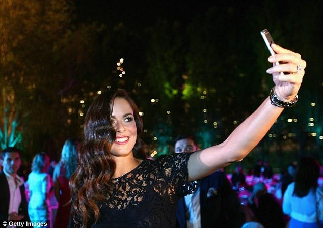 Ana Ivanovic diện bộ đầm đen quyến rũ chụp ảnh selfie tại bữa tiệc.