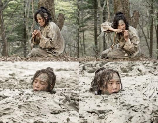 Hình ảnh lội bùn, ăn rắn của Jang Geun Suk trong phim