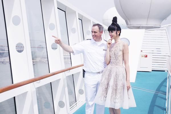 Jessica Minh Anh biến con tàu khổng lồ AIDAluna thành sàn diễn thời trang - Ảnh 1.
