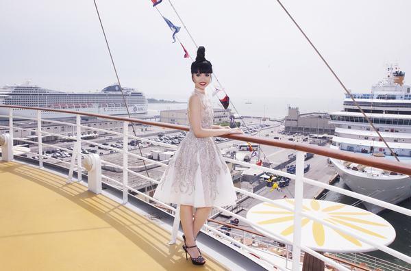 Jessica Minh Anh biến con tàu khổng lồ AIDAluna thành sàn diễn thời trang - Ảnh 6.