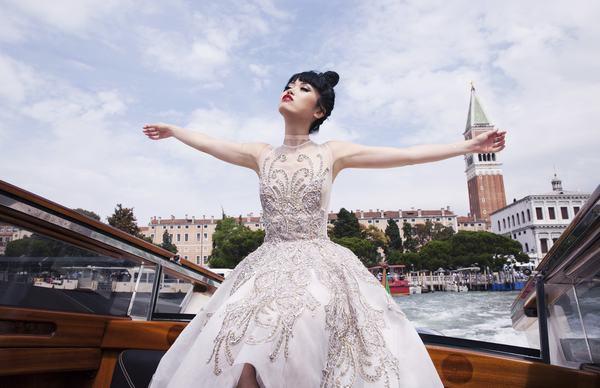 Jessica Minh Anh biến con tàu khổng lồ AIDAluna thành sàn diễn thời trang - Ảnh 4.