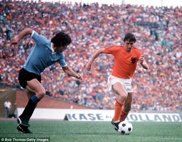 Johan Cruyff được coi là cầu thủ xuất sắc nhất Hà Lan mọi thời đại.