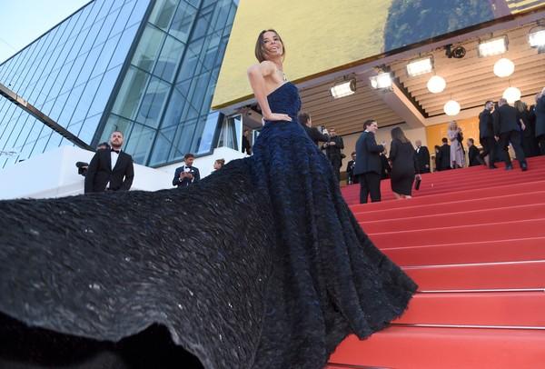 Người mẫu kiêm diễn viên người Chile Carolina Parsons với chiếc váy đầy ấn tượng.
