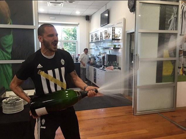 Hậu vệ Chiellini đã chuẩn bị sẵn sâm-panh để ăn mừng cuồng nhiệt.