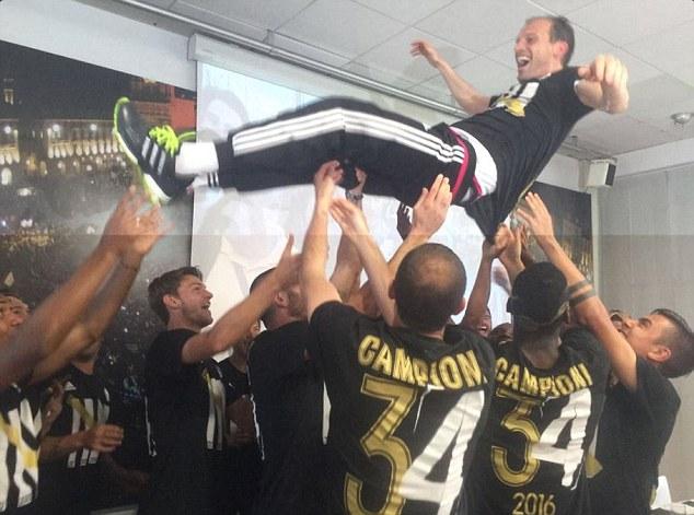 Các cầu thủ Juve chúc mừng HLV Allegri.