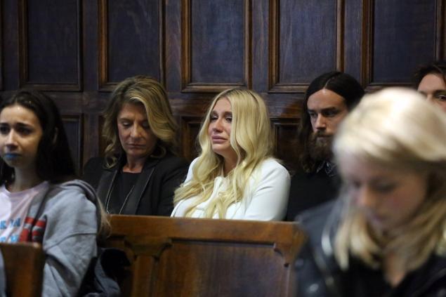 Kesha bật khóc khi nghe phán quyết của tòa