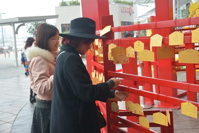 Đã có rất nhiều bạn trẻ đến AEON MALL để ghi điều ước lên thẻ gỗ Ema và treo lên không gian quanh cổng Torii, cầu mong năm mới nhiều may mắn và tốt lành