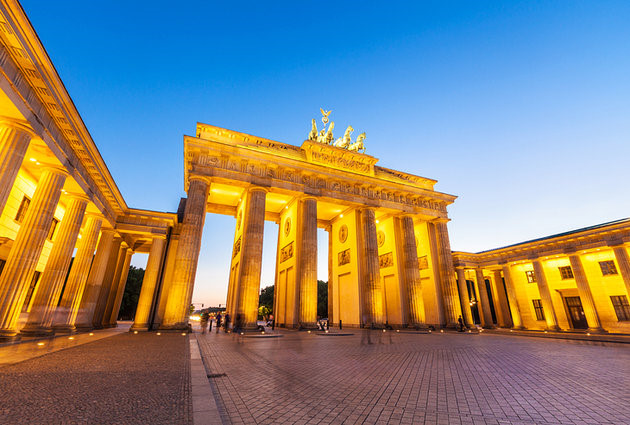 Cổng Brandenburg nằm ở quận Mitte cao 26m với tượng bốn xe ngựa ở trên nóc, được coi là biểu tượng của thủ đô Berlin (Ảnh: planetware)