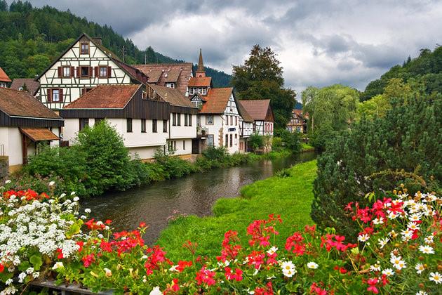 Những thung lũng xanh tươi cùng nhiều điểm đến như khu trượt tuyết Todtnau lâu đời nhất ở Đức, tuyến đường sắt Black Forest cùng những con thác tuyệt đẹp ở Rừng đen. (Ảnh: planetware)