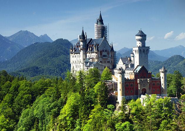 Lâu đài Neuschwanstein, một trong những lâu đài hoàng gia nổi tiếng nhất Châu Âu do vua Ludwig II xây dựng vào những năm 1869 - 1886, nằm ở thị trấn cổ Fussen một khu nghỉ mát nằm trên núi cao. (Ảnh: touropia)