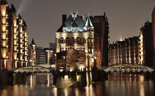 Bến cảng Hamburg nhộn nhịp với khung cảnh vùng nông thôn xưa. Khi thủy triều lên, du khách có thể du ngoạn bằng thuyền hoặc đi dạo trên bến cảng ngắm những ngôi nhà cao tầng bên bờ biển. (Ảnh: planetware)