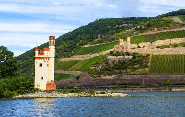 Thung lũng Rhine có cảnh quan rất đẹp với dòng sông Shine lớn. Bên sông là hơn 40 lâu đài và 60 thị trấn cổ có kiến trúc thời Trung cổ đẹp như tranh vẽ. (Ảnh: planetware)