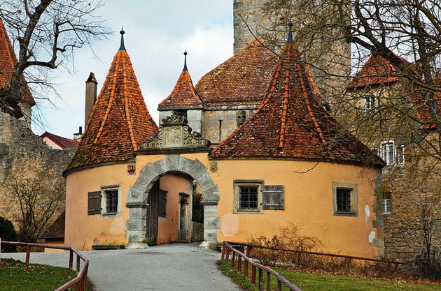 Rothenburgob der Tauber nằm bên bờ sông Tauber có khung cảnh đẹp như tranh vẽ với những bức tường, tháp cùng thị trấn thời Trung cổ. (Ảnh: planetware)