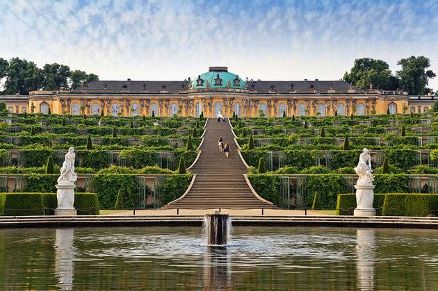 Công viên Sanssouci xây dựng vào năm 1744 - 1756, mang dấu ấn của Frederick đại đế gồm vườn hoa Baroque, hơn 3.000 cây ăn quả, nhiều ngôi nhà vườn được cắt tỉa rất công phu. (Ảnh: planetware)