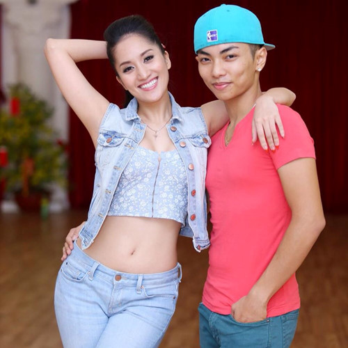Khánh Thi và Phan Hiển bắt đầu mối quan hệ từ tình thầy trò. Năm 2009, sau khi chia tay Chí Anh, Khánh Thi phải chọn một bạn diễn cho mình. Nữ kiện tướng dancesport quyết định bắt cặp với Phan Hiển - học trò kém cô 12 tuổi.