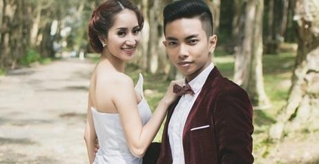 Cùng lúc đó, những tấm hình cưới của Khánh Thi và Phan Hiển bất ngờ rò rỉ. Lúc này, công chúng mới biết cặp đôi đã yêu nhau một thời gian.