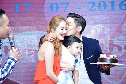 """Khi Kubi tròn 1 tuổi, Phan Hiển và Khánh Thi tổ chức tiệc thôi nôi cho con trai. Trước sự chứng kiến của gia đình hai bên nội - ngoại cùng bạn bè, Phan Hiển nói: """"Anh yêu em, bà xã"""" và dành cho Khánh Thi nụ hôn ngọt ngào, khiến cô cảm động đến rơi nước mắt."""