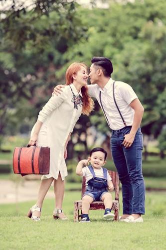 Từ chỗ chỉ trích, dư luận dần chuyển sang ủng hộ và bày tỏ sự ngưỡng mộ hạnh phúc của cặp đôi.
