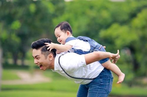 Về phía Phan Hiển, anh chứng minh khoảng cách tuổi tác và dư luận không phải là rào cản lớn với cặp đôi. Tình cảm giữa anh và cô giáo vẫn trước, sau như một và hiện tại, cặp đôi đang tận hưởng những ngày tháng ngọt ngào.