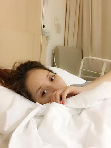 Áp lực nặng nề từ dư luận khiến Khánh Thi bị ảnh hưởng tâm lý và bị động thai. Trên trang cá nhân, nữ hoàng dancesport chia sẻ cô cảm thấy buồn bã và mệt mỏi khi đời tư bị đào bới.