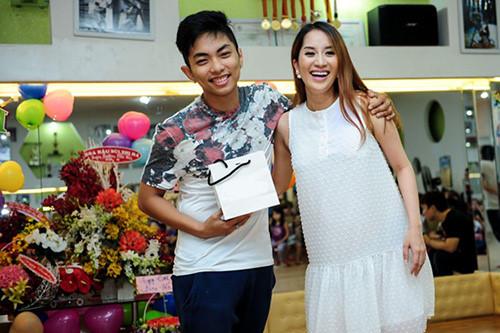 Tháng 3/2015, Khánh Thi công khai việc mang bầu 5 tháng rưỡi tại tiệc sinh nhật, nhưng không tiết lộ danh tính bố của con mình. Lúc này, Phan Hiển vẫn xuất hiện bên Khánh Thi ở mọi sự kiện cô góp mặt khiến không ít người bày tỏ sự hoài nghi.