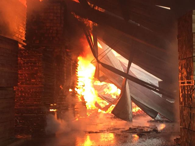 Ước tính đám cháy gây thiệt hại hơn 12 tỉ đồng (Ảnh: Bá Đoàn/Dân trí)