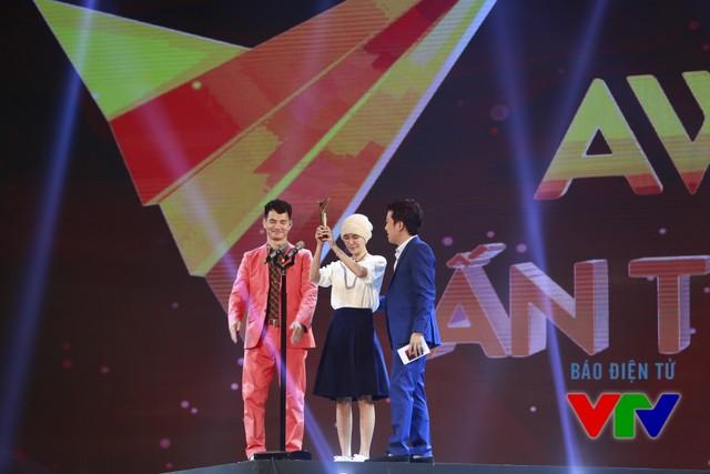 Võ Thị Ngọc Nữ - cô gái mắc bệnh ung thư đam mê múa, một nhân vật của Điều ước thứ 7 - nhận giải thưởng dành cho Khách mời ấn tượng trong lễ trao giải VTV Awards 2015