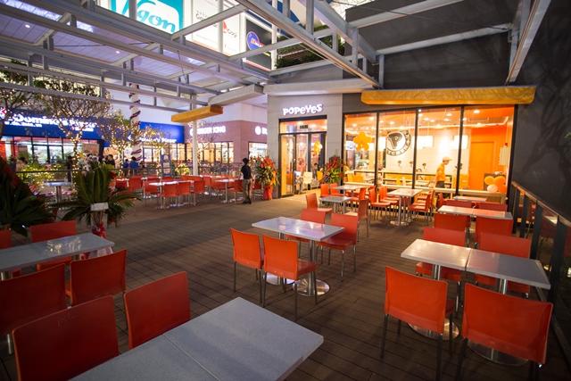 Đặt bàn tại những quán ăn ngoài trời tại AEON MALL Long Biên sẽ giúp bạn cùng người yêu tận hưởng khung cảnh lãng mạn và tầm nhìn đẹp lung linh.