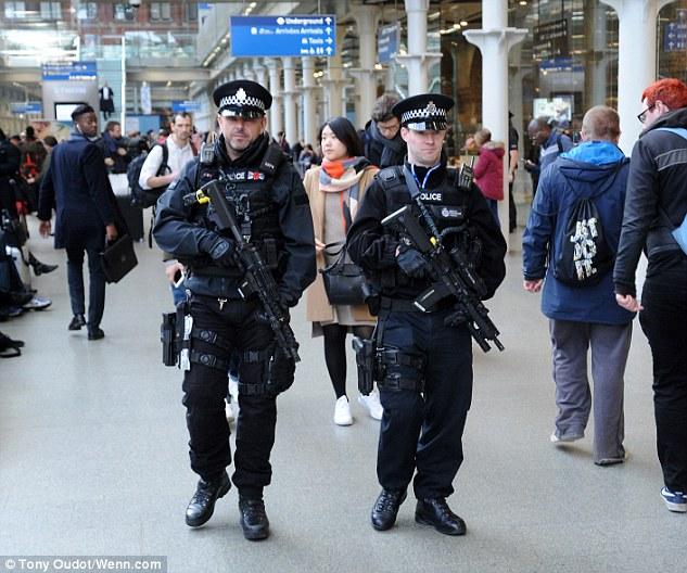 Cảnh sát có vũ trang đi tuần trên các con phố đông người ở thủ đô London
