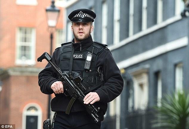 Viên cảnh sát tỏ rõ sự tập trung khi đi tuần trên con phố Downing ở London