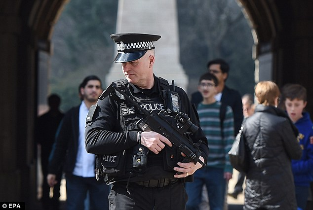 Ngoài sân bay, ga tàu điện và các khu vực gần biên giới cũng được bố trí lực lượng cảnh sát đảm bảo an toàn cho người dân