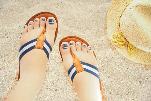 Đôi chân được trang điểm thêm với những chiếc móng sơn xinh xắn