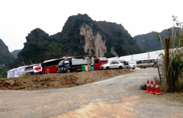 Các trang thiết bị, đồ dùng, dụng cụ sinh hoạt... phục vụ cho đoàn làm phim được hàng chục xe tải cỡ lớn chuyển đến Ninh Bình trong ngày 26/2 (ảnh: ĐD)