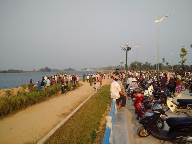 Hàng trăm người tập trung tại khúc sông xảy ra sự việc thương tâm. (Ảnh: Dân trí)