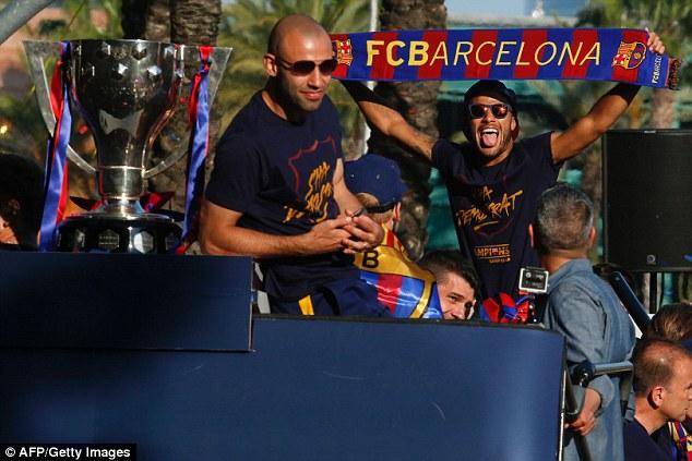 Các sao Barcelona cùng chiếc cup vô địch La Liga diễu qua các con phố ở Barcelona.