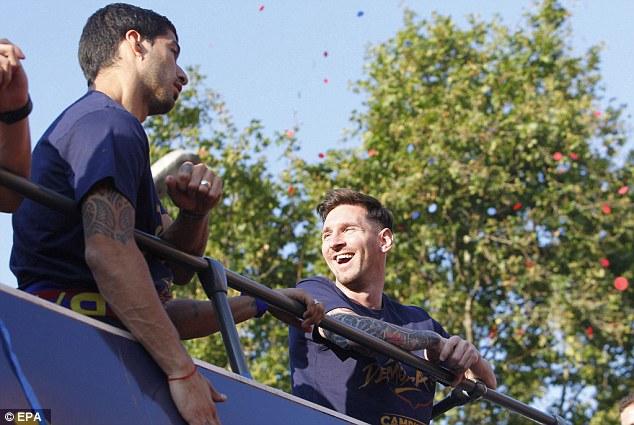Messi cười tươi hết cỡ cùng Suarez tận hưởng ngày mừng công ở TP Barcelona.
